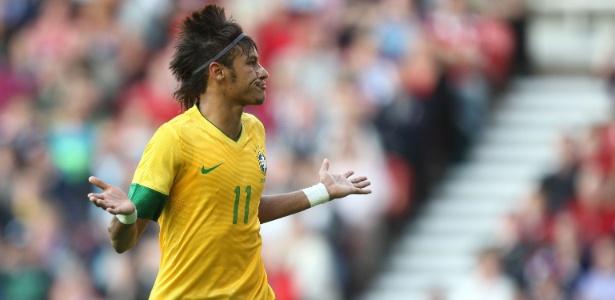 Neymar comemora gol de pênalti marcado contra o Reino Unido