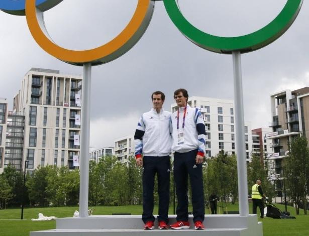 O tenista britânico Andy Murray (esq.) posa com o irmão Jamie, parceiro de duplas em Londres-2012, sob os anéis olímpicos na Vila dos Atletas (20/07/2012)