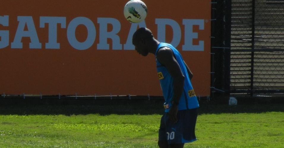 Seedorf faz malabarismo com bola em treinamento do Botafogo