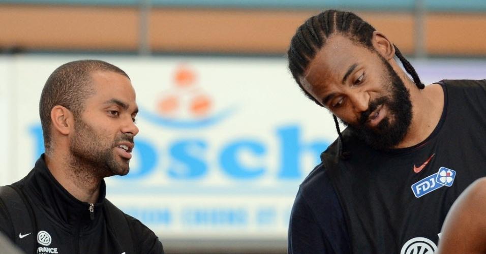 Tony Parker (esq.) ao lado de Ronny Turiaf, também da NBA, durante treino da seleção francesa de basquete (20/07/2012)