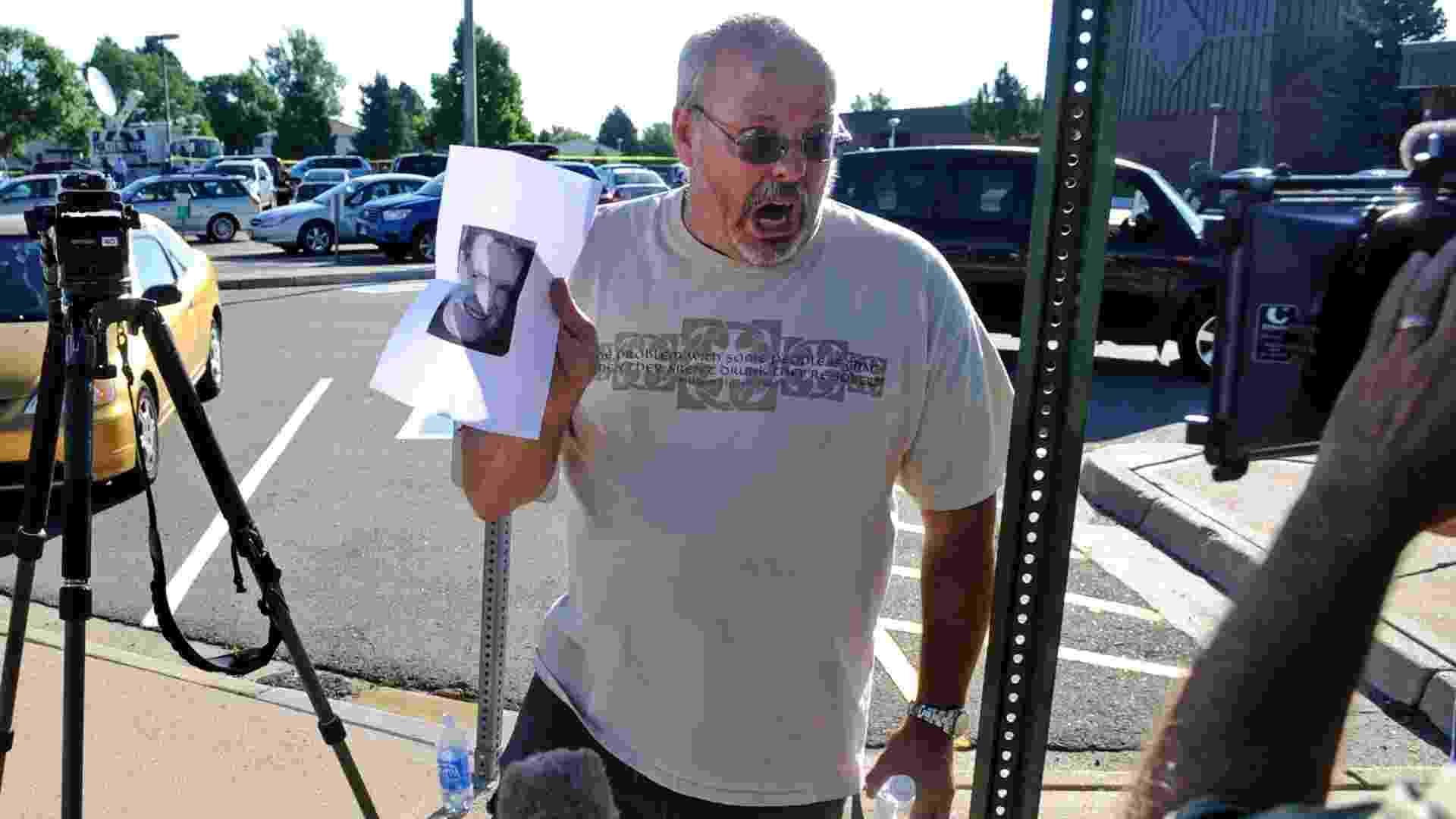 21.jul.2012 - Desesperado, Tom Sullivan mostra foto de seu filho, Alex Sullivan, uma das vítimas do tiroteio em cinema de de Aurora (Colorado) - Evan Semon /Reuters