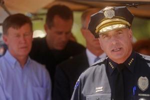 O chefe da Polícia de Aurora, no Colorado, Dan Oates, concede entrevista coletiva próximo ao cinema