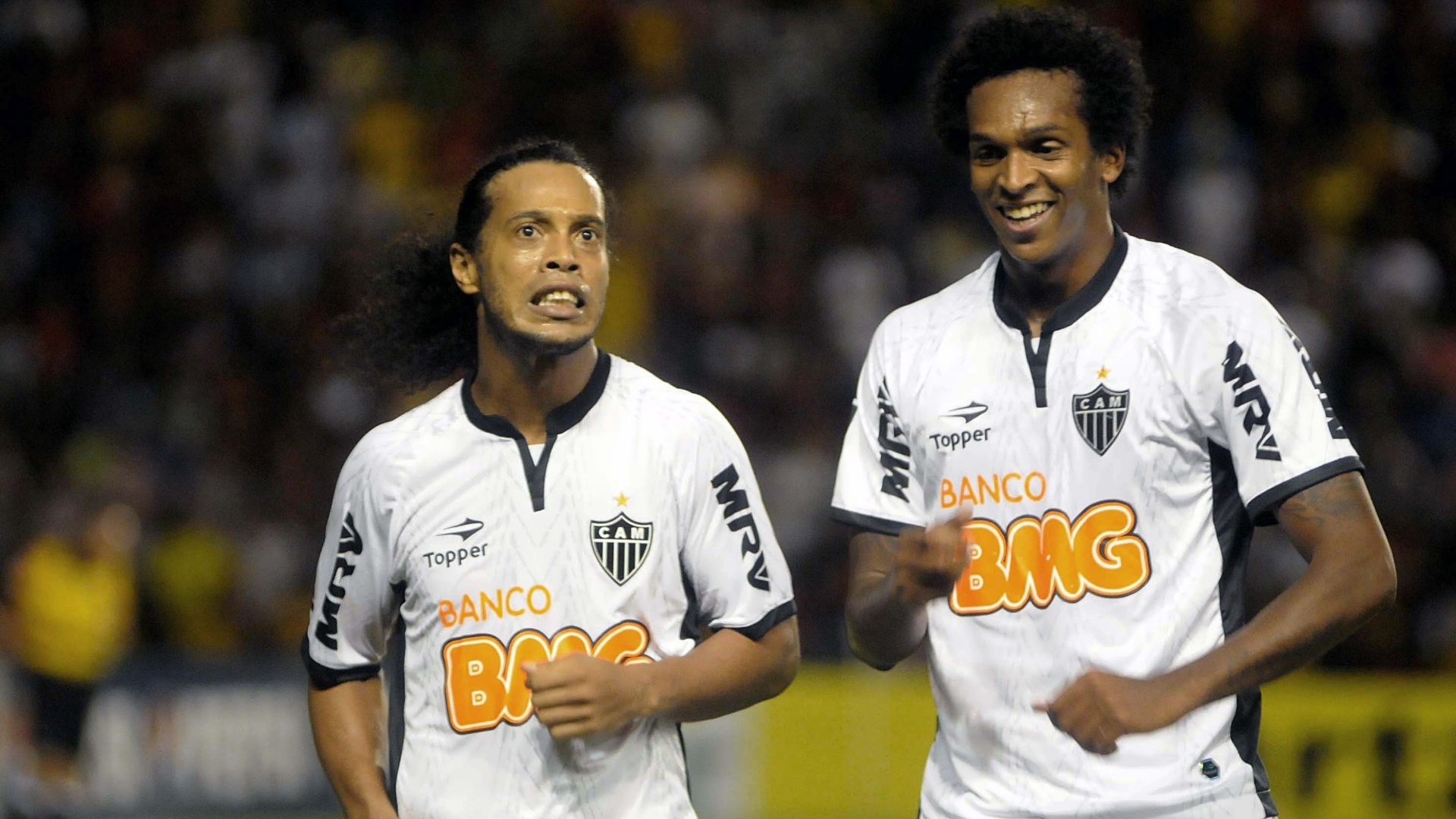 Ronaldinho comemora com Jô (d) na vitória do Atlético-MG por 4 a 1 sobre o Sport