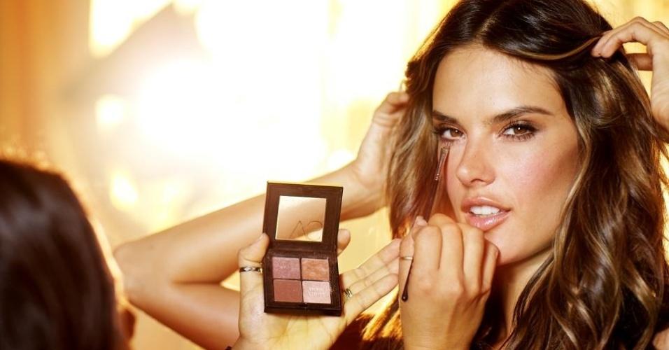 Alessandra Ambrósio nos bastidores de campanha para Victoria's Secret fotografa por Russell James (19/07/2012)