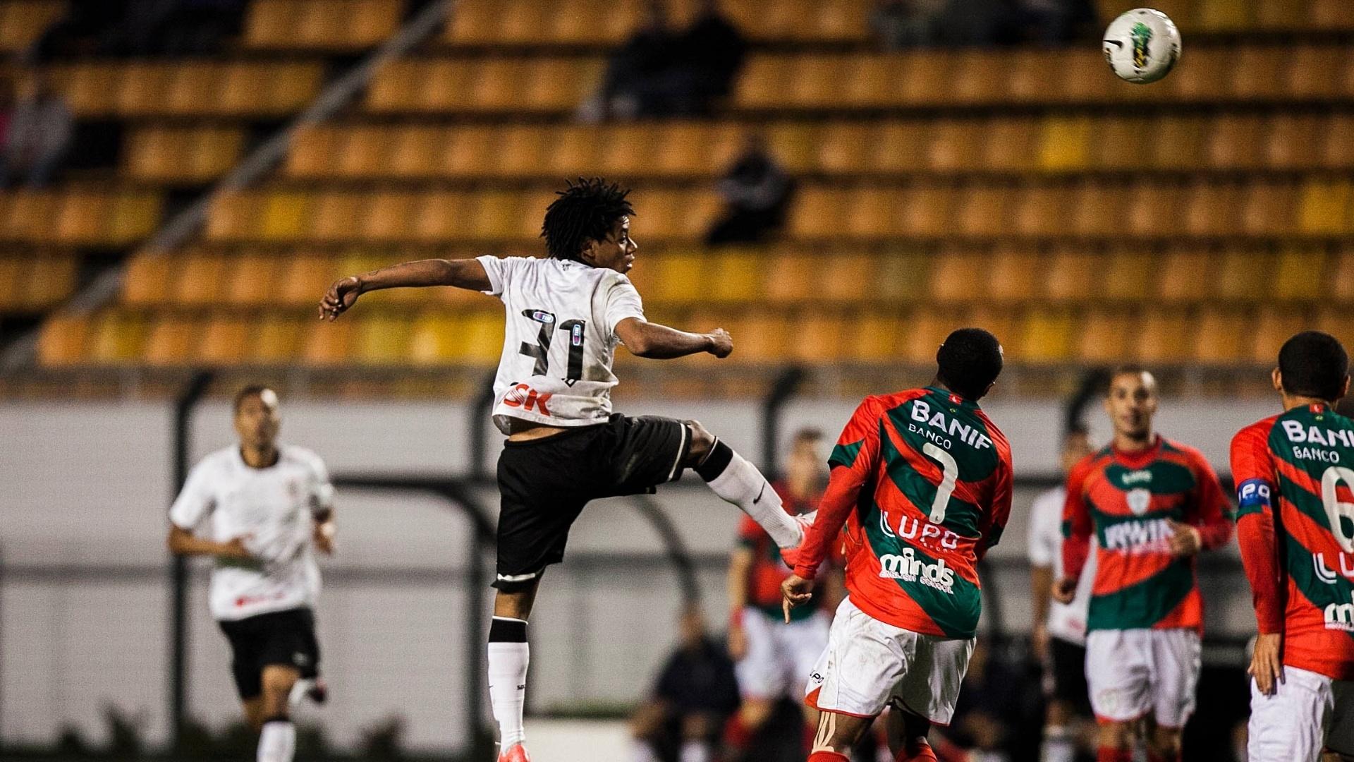 Atacante corintiano Romarinho (e) cabeceia no empate contra a Portuguesa por 1 a 1