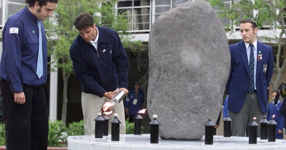 Atleta israelense, Alex Porkhomovsky, acende vela em memorial para atletas de Israel mortos em Munique-72, nos Jogos de Sydney-2000