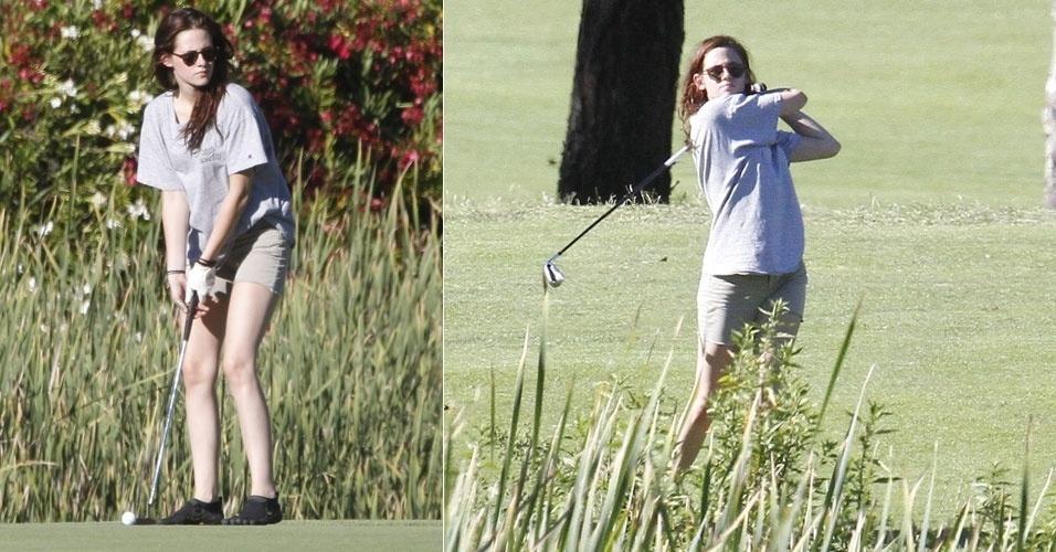 De bermuda e camiseta, a atriz Kristen Stewart foi fotografada jogando golfe em Malibu, na Califórnia (21/7/12)