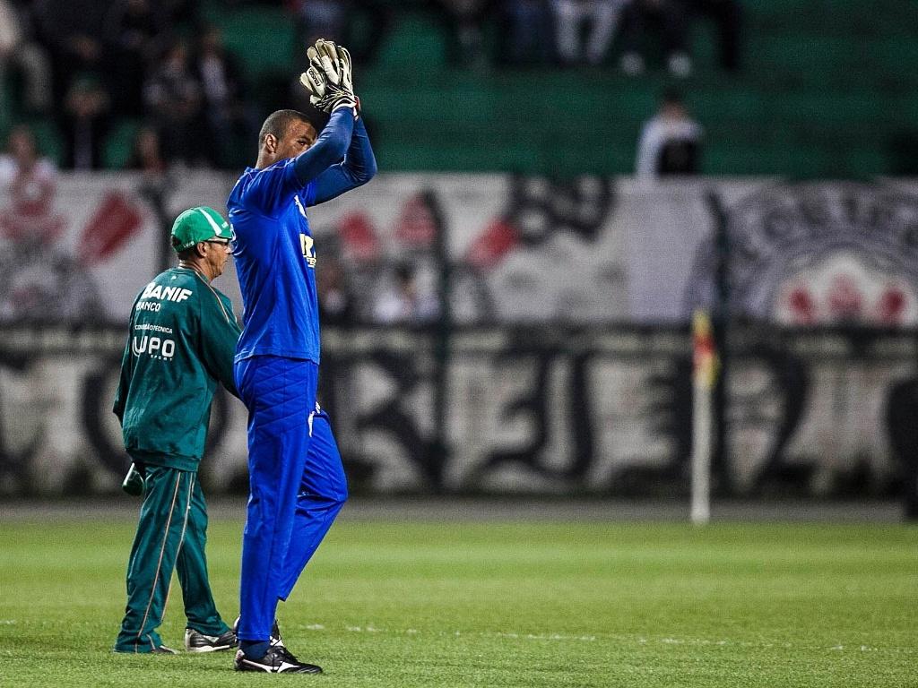 Dida, agora na Portuguesa, é aplaudido pelos torcedores corintianos no estádio do Pacaembu durante o aquecimento