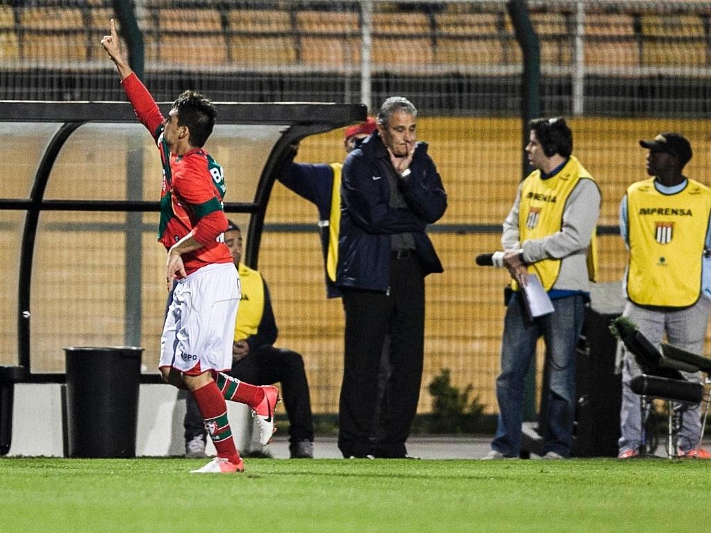 Enquanto técnico corintiano Tite se lamenta, Héverton comemora ao marcar para a Lusa
