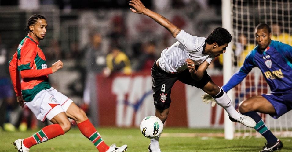 Goleiro Dida (d) se mostra atento no duelo entre Corinthians e Portuguesa no Pacaembu