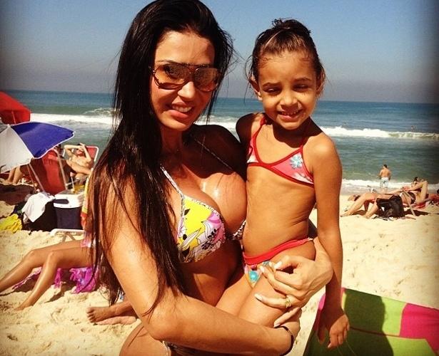 """Gracyanne Barbosa brinca com filha de amiga em praia no Rio. """"Eu e minha filha Maria Eduarda na praia"""", brincou a modelo (21/7/12)"""