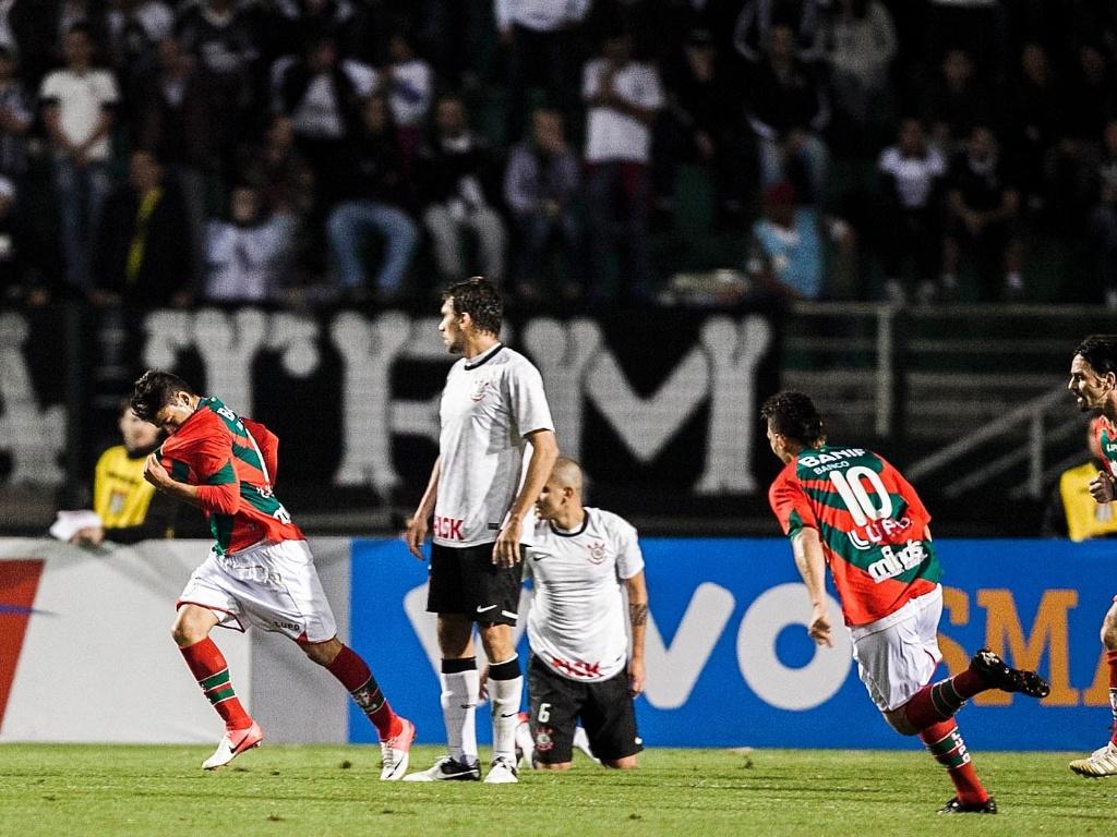 Héverton (e) comemora ao marcar para a Portuguesa contra o Corinthians ainda no 1º tempo