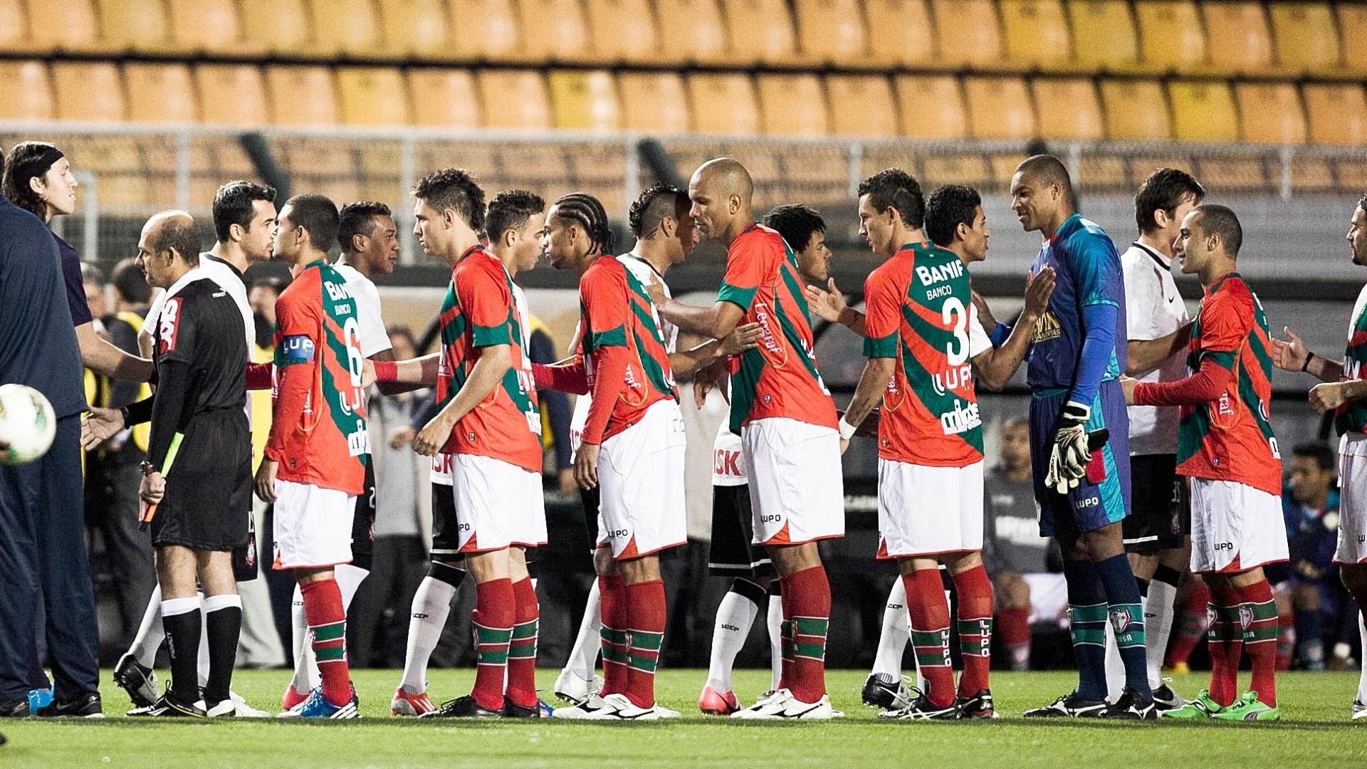 Jogadores de Portuguesa e Corinthians se cumprimentam antes do duelo pelo Brasileirão