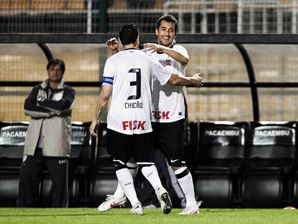 Meia Douglas comemora com o capitão Chicão ao empatar o jogo para o Corinthians contra a Lusa