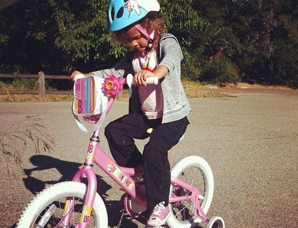 """O marido a atriz Jessica Alba, Cash Warren, publicou uma foto da filha do casal andando de bicicleta. """"Primeiro passeio de bicicleta"""", escreveu Cash sobre a imagem (21/7/12)"""