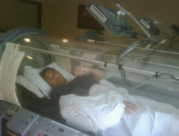 Rodrigo Minotauro passa por tratamento com oxigênio e posta foto dentro de câmara hiperbárica