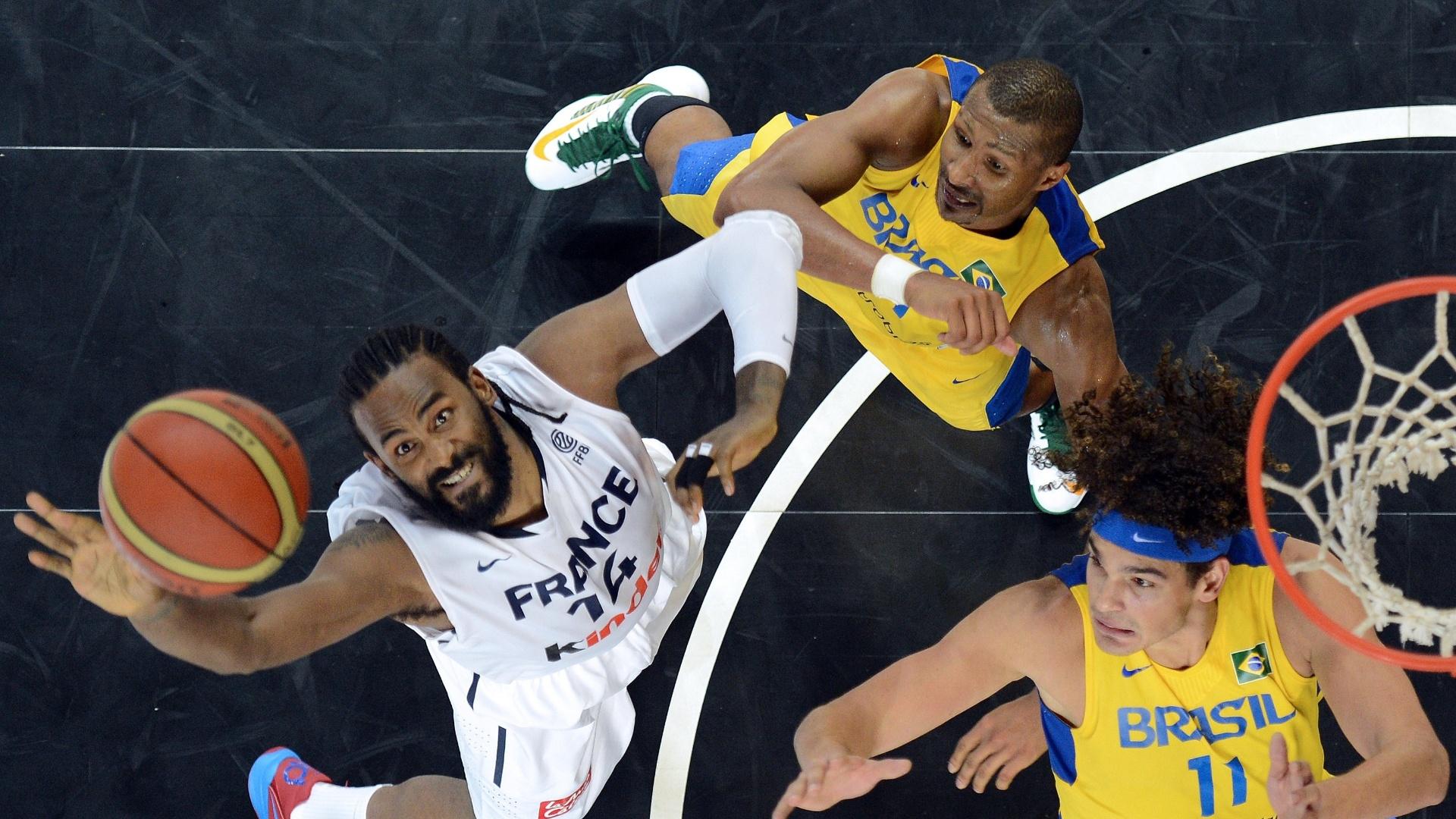 Ronny Turiaf, Leandrinho Barbosa e Anderson Varejão disputam a bola no amistoso entre França e Brasil, em preparação para as Olimpíadas