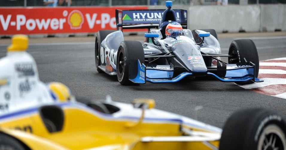 Rubens Barrichello tenta passar pelo carro do também brasileiro Helio Castroneves, que rodou em treino livre em Edmonton