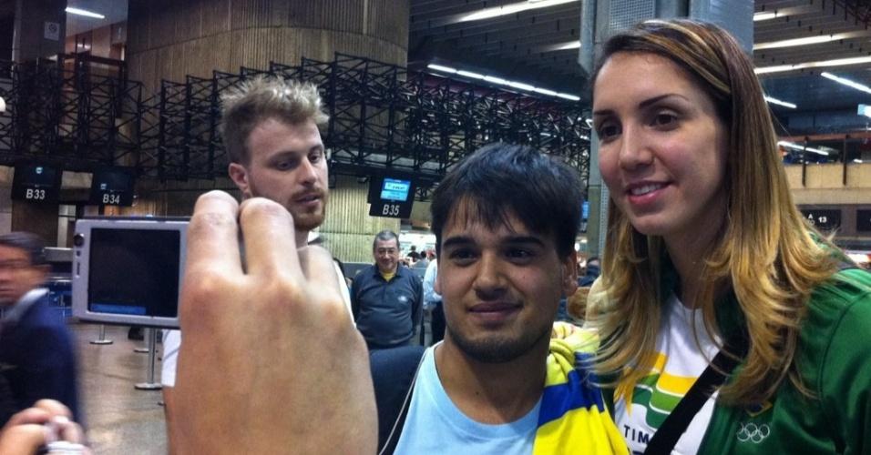 Thaísa tira foto com fã durante embarque da seleção de vôlei para Londres