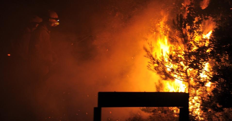 22.jul.2012 - Bombeiros tenham apagar focos de incêndio na região de La Junquera, na Espanha, na fronteira com a França. O incêndio já destruiu 7 mil hectares de bosques e deslocou milhares de pessoas, segundo o governo catalão