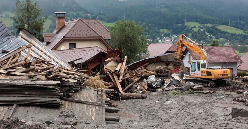 22.jul.2012 - Escavadeira recolhe os destroços de casas atingidas por um deslizamento de terra em Sankt Lorenzen (200 km de Viena), na Áustria. O acidente foi provocado pelas chuvas torrenciais na região. Cerca de 360 pessoas tiveram que deixar suas casas por medo de mais deslizes, disseram autoridades