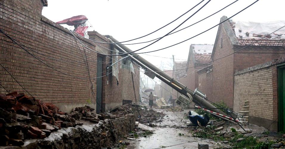22.jul.2012 - Foto divulgada neste domingo (22) mostra os estragos causados pela pior chuva dos últimos 61 anos em Pequim (China), neste sábado (21)