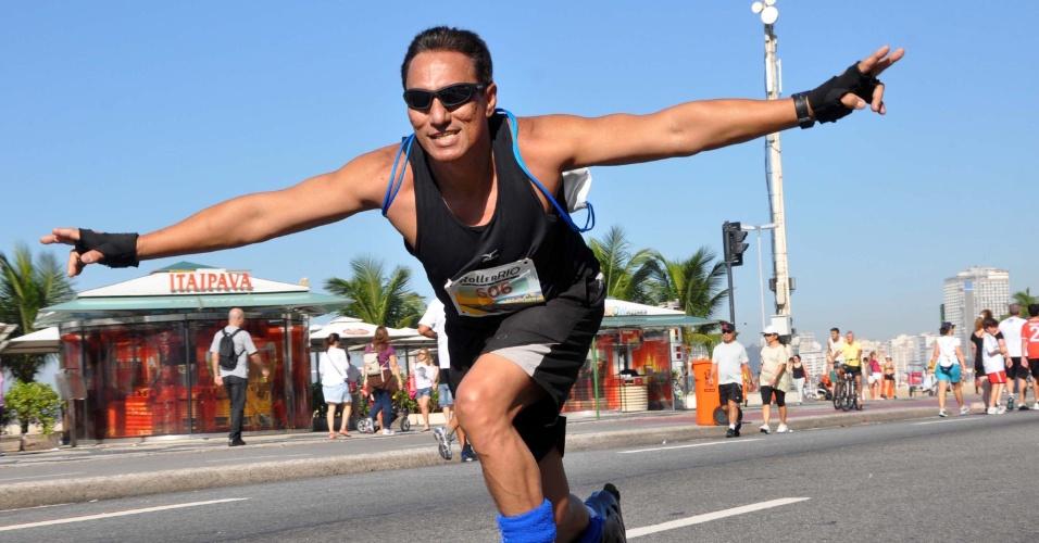 22.jul.2012 - Homem participa de Roller Rio realizado entre a avenida Niemeyer (Leblon) e a avenida Atlântica (Copacabana), no Rio de Janeiro. A iniciativa é inspirada no Paris-Roll, versão francesa da patinação urbana