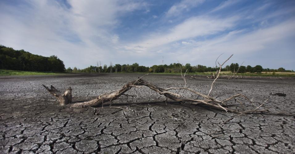 22.jul.2012 - Imagem mostra o fundo de um pântano que secou em West Lafayette, Indiana (EUA)