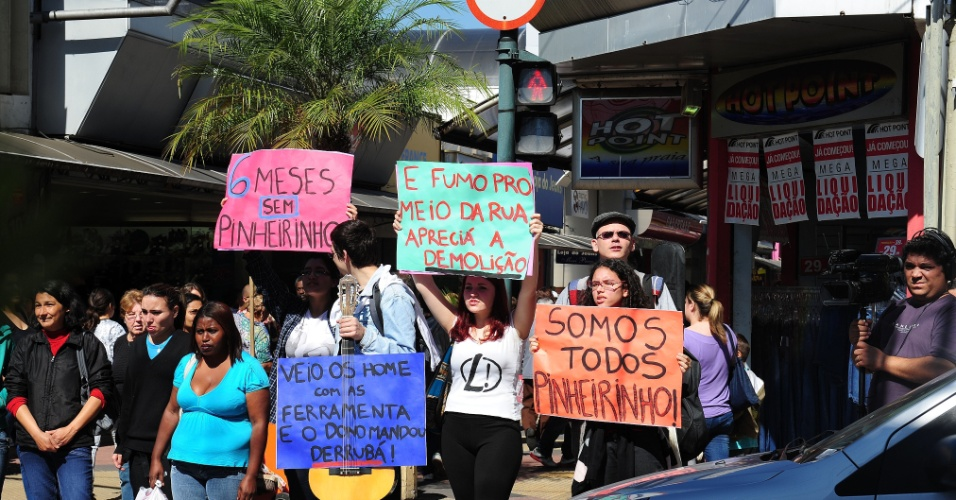 22.jul.2012 - Manifestantes fazem protesto nas ruas centrais de São José dos Campos, interior de São Paulo, seis meses após a violenta ocupação do terreno do Pinheirinho