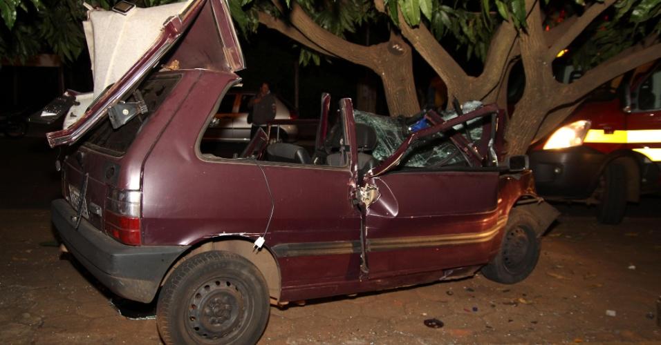 22.jul.2012 - Motorista perde o controle e vai parar com carro em uma árvore na zona oeste de Uberaba, Minas Gerais
