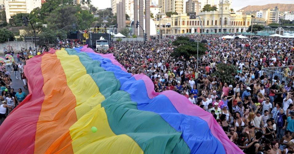 22.jul.2012 - Participantes da 15ª edição da Parada do Orgulho LGBT de Belo Horizonte, lotam a Praça da Estação, região central da cidade