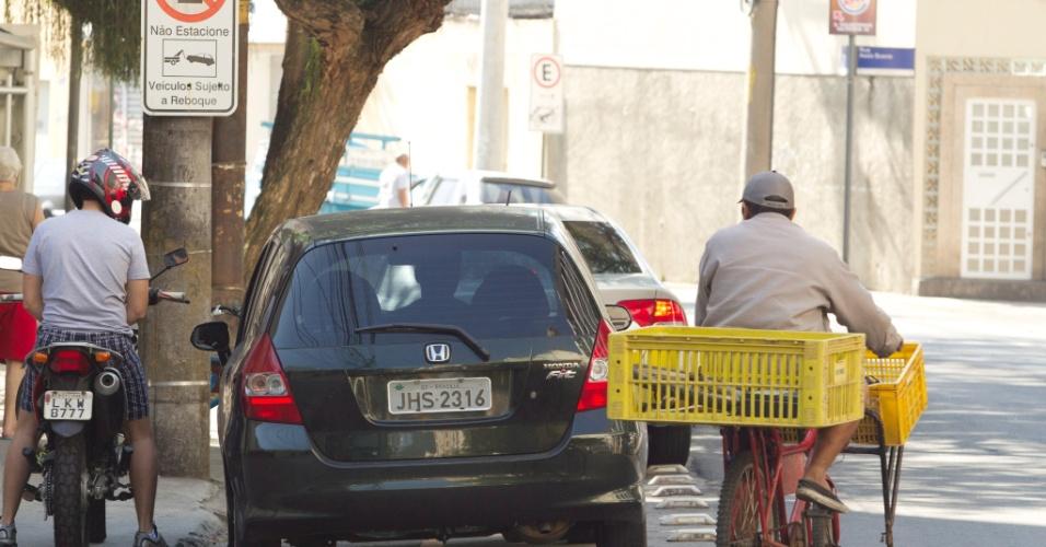 22.jul.2012 - Veículos não respeitam a faixa da ciclovia no Rio de Janeiro, e estacionam na área reservada aos cilicstas, na rua General Polidoro. O problema se repete em outras ruas da cidade e muitas vezes obriga os ciclistas a andarem no meio da rua