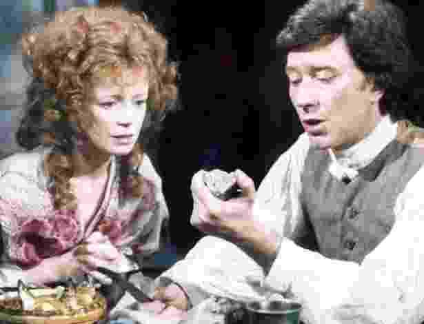 """A atriz Angharad Rees em cena com Robin Ellis na série """"Poldark"""", dos anos de 1970 - Arquivo BBC"""