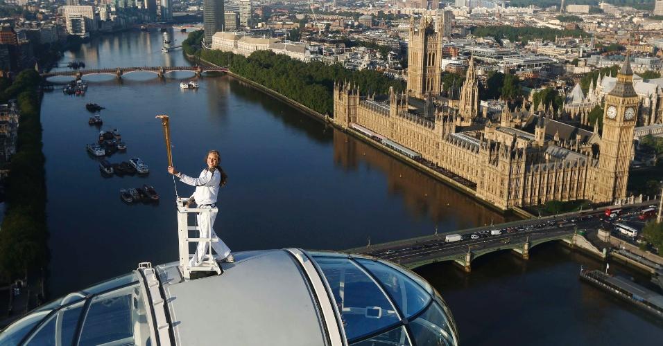 A esquiadora britânica Amelia Hempleman-Adams, de apenas 17 anos, carregou a tocha olímpica em Londres e a levou para o London Eye, um dos principais pontos turísticos da capital inglesa