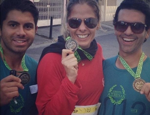 Adriane Galisteu participa de corrida em São Paulo e publica foto com medalha em seu perfil no Twitter (22/7/12)