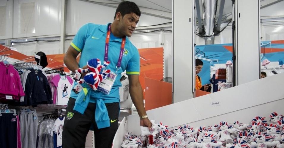 Atacante Hulk faz compras na loja oficial da Vila Olímpica em Londres