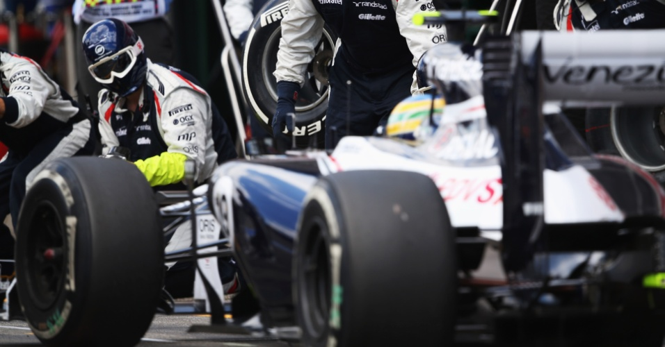 Bruno Senna vai aos boxes para pit stop durante o Grande Prêmio da Alemanha