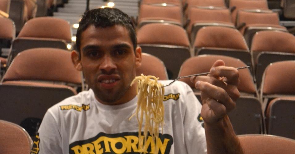 Campeão interino dos galos do UFC, Renan Barão atacando uma quentinha de macarrão, em registro feito depois da pesagem do UFC 143