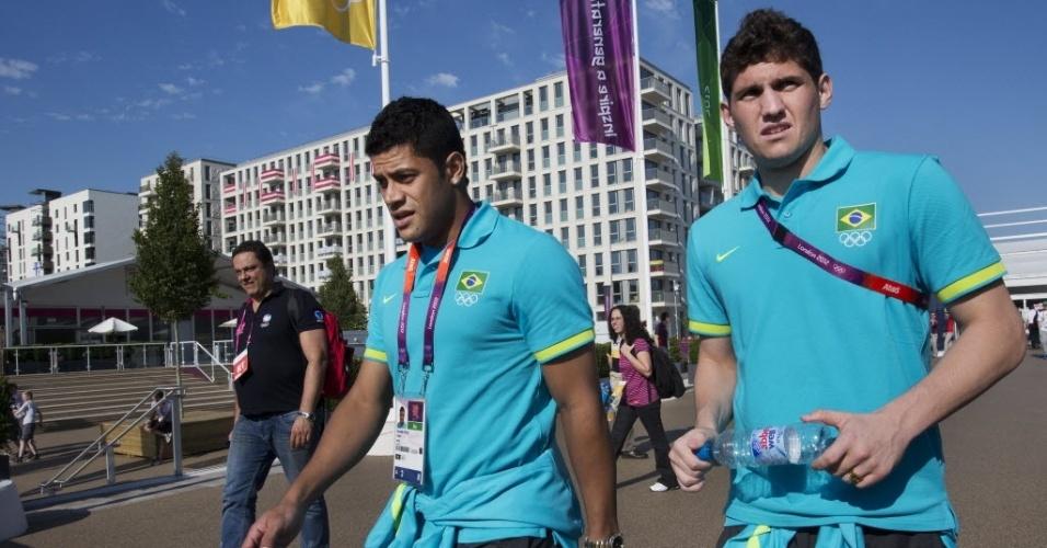 Goleiro Rafael (d.) e atacante Hulk em visita à Vila Olímpica em Londres