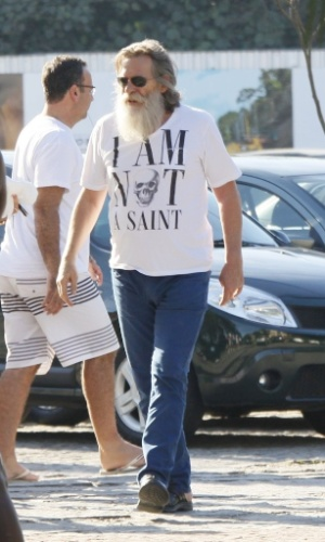 """José de Abreu passeou na Barra da Tijuca na tarde deste domingo trajando uma camiseta sintonizada com seu personagem, o vilão Nilo, de """"Avenida Brasil"""". O traje continha os dizeres """"I am not a saint"""", """"Não sou santo"""", em tradução livre (22/7/12)"""