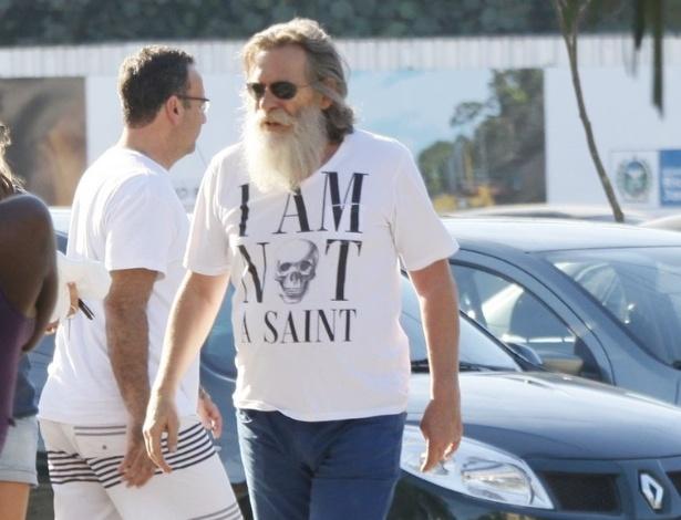 José de Abreu passeou na Barra da Tijuca na tarde deste domingo trajando uma camiseta sintonizada com seu personagem, o vilão Nilo, de