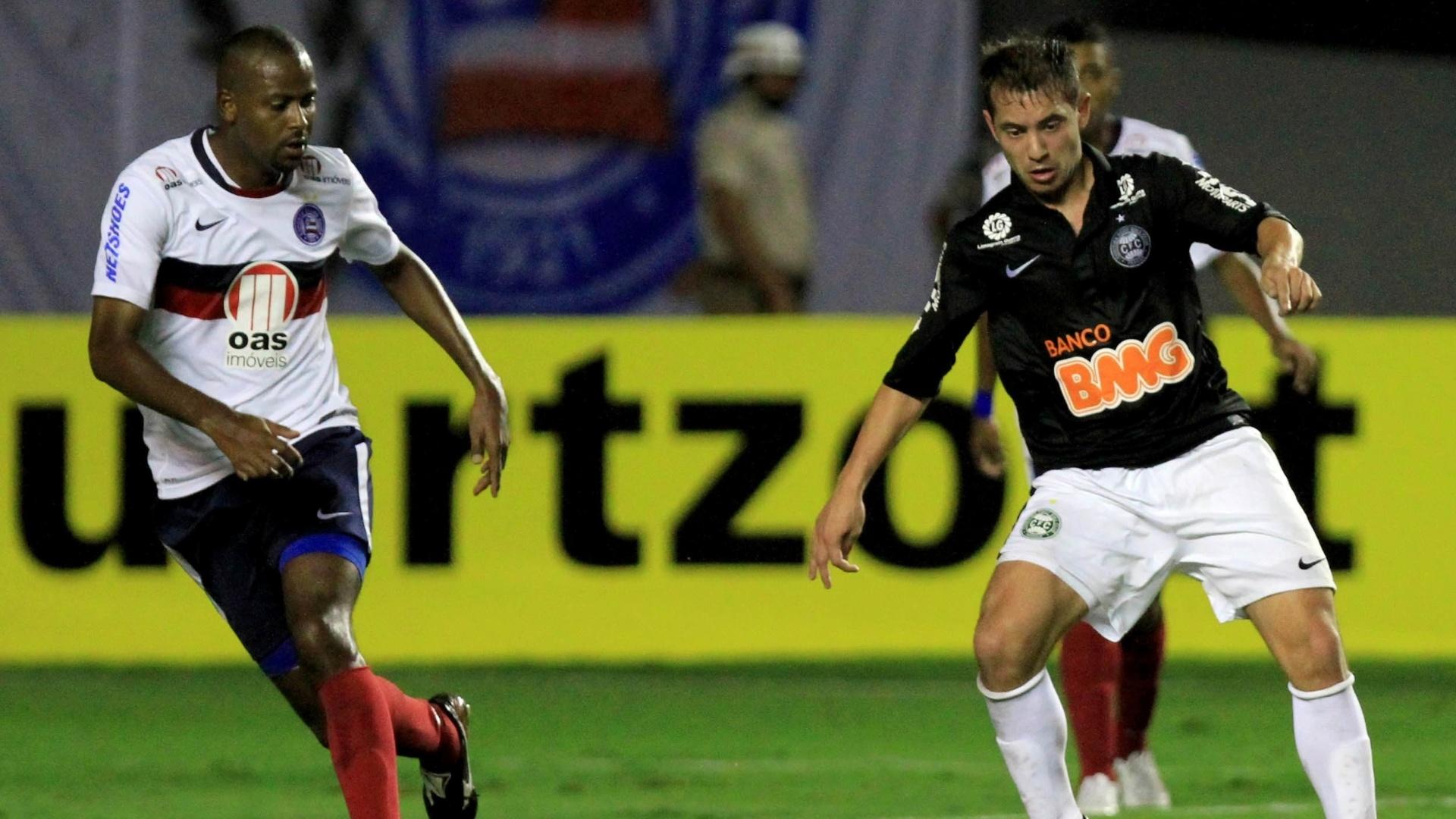 Meia Everton Ribeiro, do Coritiba, domina a bola com Fabinho, do Bahia, na marcação
