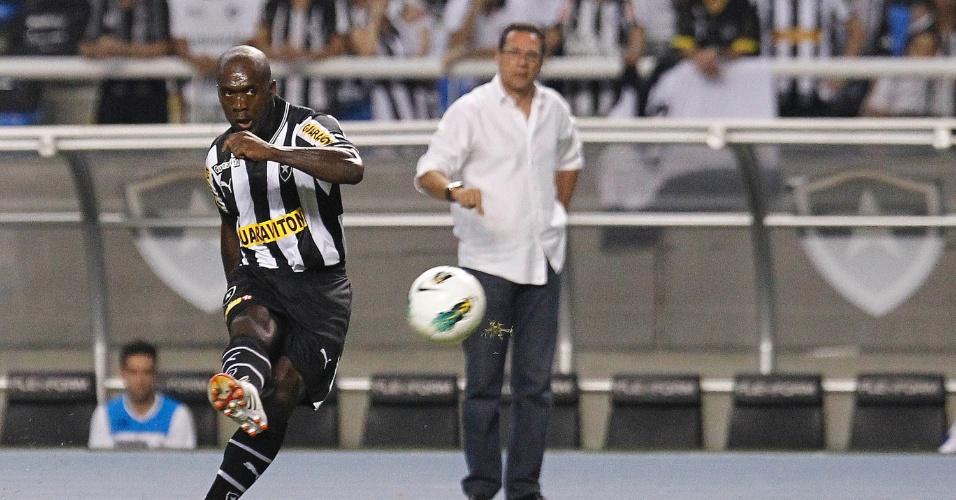 Meia holandês Seedorf, que faz sua estreia pelo Botafogo, cobra falta na área do Grêmio, em partida no Engenhão