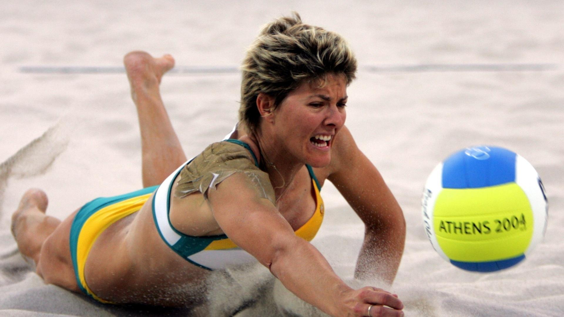 Natalie Cook, da Austrália, tenta evitar o ponto adversário durante uma partida nas Olimpíadas de Atenas, em 2004