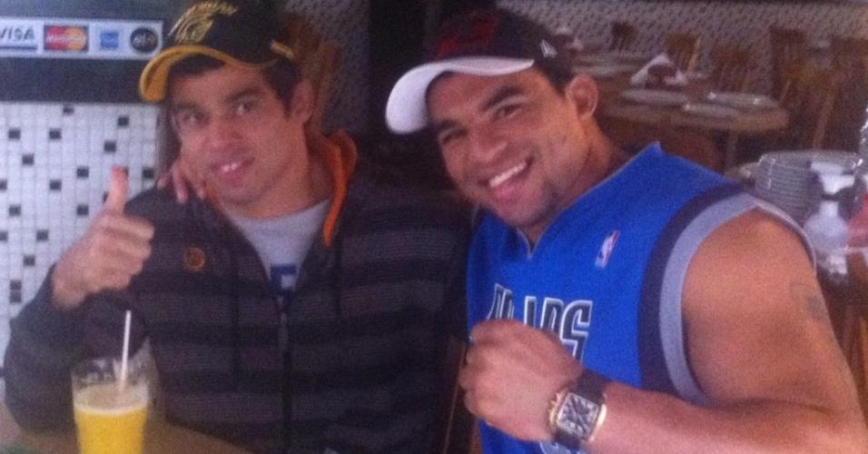 Renan Barão ao lado de um de seus grandes coros no MMA, o também potiguar Ronny Marques