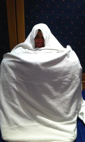 Renan Barão se envolve em toalhas durante o duro rito para cortar peso até os 62 kg da categoria galo; nesta imagem, ele se prepara para a pesagem do UFC 138