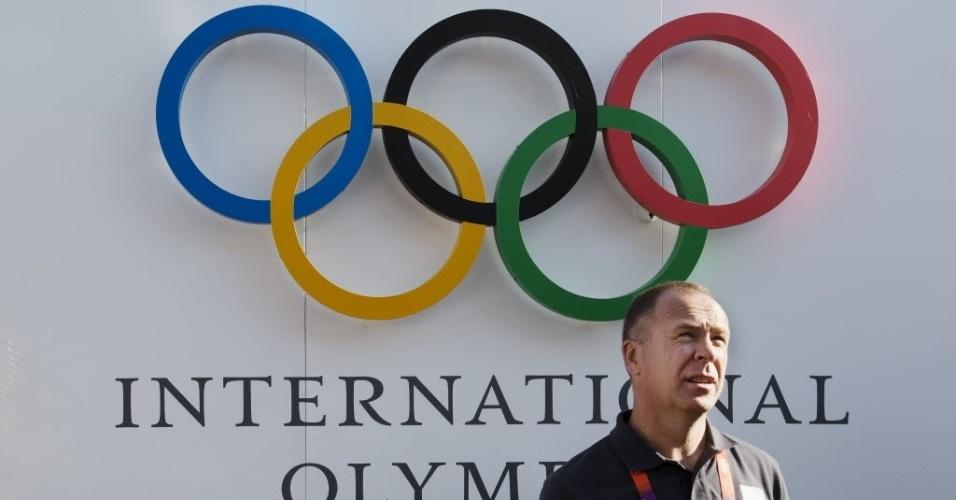 Técnico Mano Menezes em visita à Vila Olímpica de Londres com a seleção brasileira