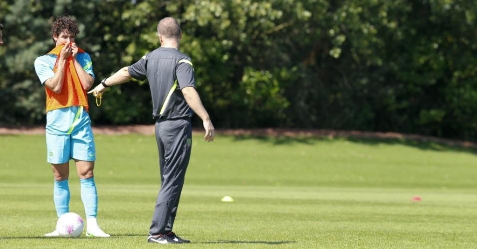 Técnico Mano Menezes escalou o atacante Alexandre Pato em treino da seleção em Londres