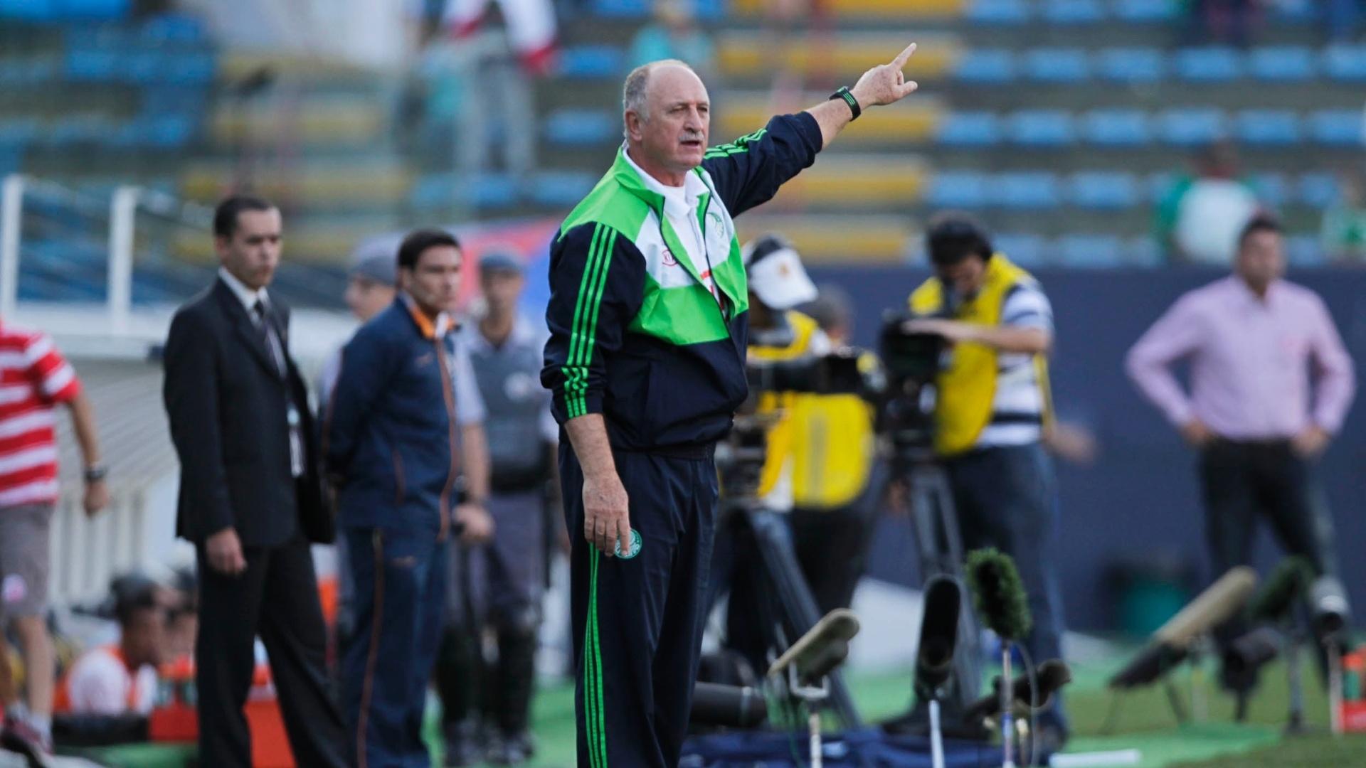Técnico palmeirense Luiz Felipe Scolari comanda sua equipe na partida contra o Náutico, na Arena Barueri