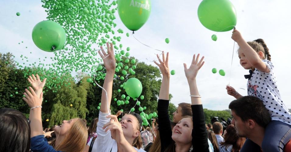 22.jul.2012 - Bielorrussos soltaram 5.000 balões em Minsk, capital de Belarus, na tentativa de estabelecer um novo recorde